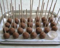 Iz biskvita naredimo kroglice v velikosti oreha