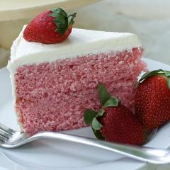 Osvežilna jagodna torta z jagodnim biskvitom