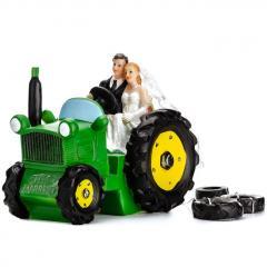 Poročni par na traktorju