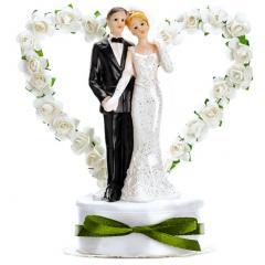 Poročni par v srčku z belimi vrtnicami